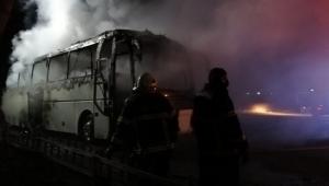 Turistleri eğlence merkezine bırakan tur otobüsü otoparka alev aldı