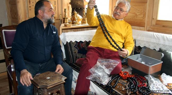 Selçuklu ve Osmanlı dönemi eserleri evinde sergiliyor