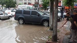 Sivas'ta sağanak yağmur, cadde ve sokakları göle çevirdi