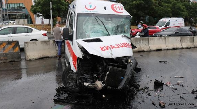Ambulans kaza yaptı: 3 yaralı