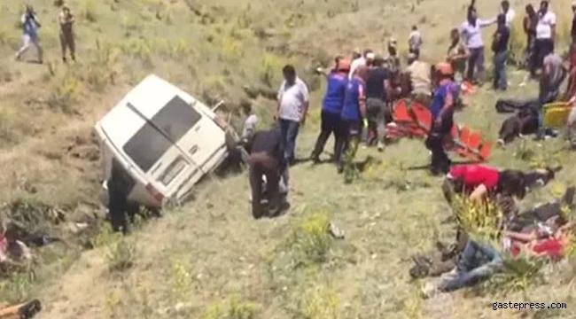 Kaçak göçmenleri taşıyan minibüs devrildi: 14 ölü, 28 yaralı var!