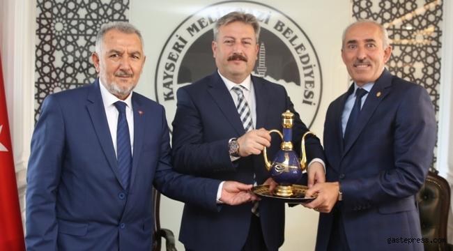 Kayseri Oto Sanatkârları Odası Başkanı Şeyhi Odakır Melikgazi Belediye Başkanı Palancıoğlu'nu ziyaret etti