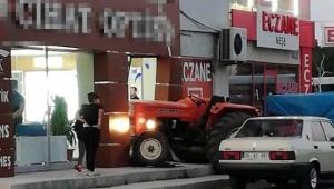 Genç kız, babasının traktörüyle iş yerine girdi!