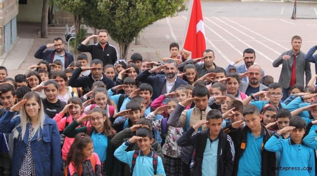 KGGD Başkanı Gülsoy ve öğrencilerden Mehmetçiğe asker selamı