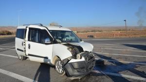Kayseri'de otomobil ile hafif ticari araç çarpıştı: 4 yaralı