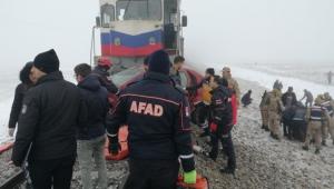 Kars'ta yük treni hemzemin geçitte otomobile çarptı!