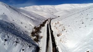 Kayseri'de çığ düşen yol, 17 saatte ulaşıma açıldı