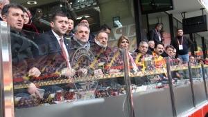Kazada yaralanan Onursal Başkan Özhaseki Kayserispor maçını izledi