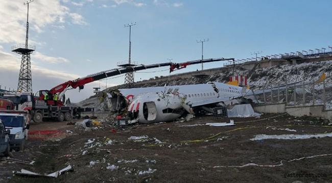 Uçağın enkazını kaldırma çalışmaları devam ediyor