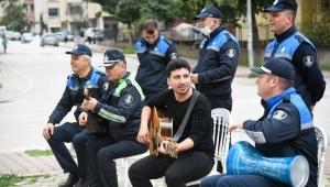 Adana Büyükşehir'den Koronavirüse karşı mücadelede Zabıtadan müzikli moral motivasyon