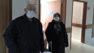 Kayseri'de koronavirüsü yenen yaşlı çift, taburcu edildi