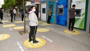 Adana'da Semt pazarlarında ve ATM önlerinde sosyal mesafe işaretlemesi sürüyor!