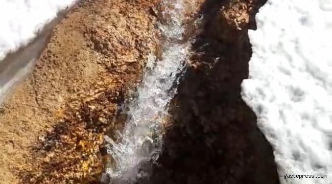 Erciyes'in eteklerinde karlar erimeye başladı