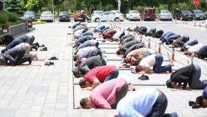 Kayseri'de Kocasinan Belediye Ekipleri, Cuma Namazı Öncesi Meske ve Seccade Dağıttı!