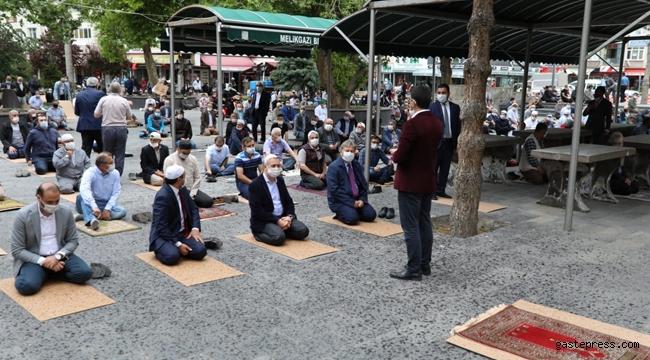 Kayseri'de Melikgazi Belediyesi Cuma Namazında Tek Kullanımlık Seccade ve Maske Dağıttı!