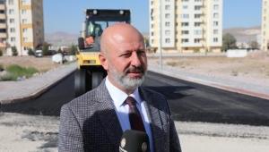 Kayseri Kocasinan Belediyesi, yol ve kaldırım yenileme çalışmalarına hızla devam ediyor.