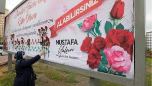 Kayseri Talas Belediye Başkanı Mustafa Yalçın'dan Annelere Bilboardda Gül Jesti
