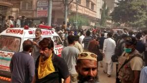 Pakistan'da yolcu uçağı şehrin üstüne düştü!