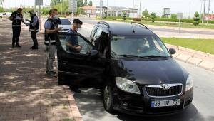 Sokak kısıtlamasında 14 yaşında çocuk, araç kullanırken yakalandı