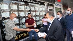 Talas Belediye Başkanı Mustafa Yalçın ve AK Parti Talas İlçe Başkanı Kerem Ekici, Maske Dağıttı