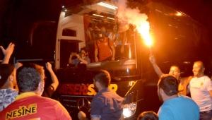 Kayserispor'a Sivas dönüşünde meşaleli karşılama!