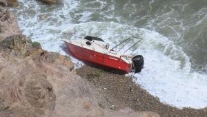 Riva'da tekne kayalıklara çarptı: Mahsur kalanlar kurtarıldı