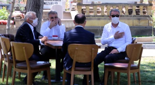 Bakan Akar, Kayseri'de anne ve babasının kabrini ziyaret etti!