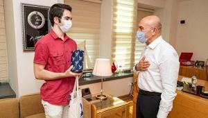 İzmir Büyükşehir Belediye Başkanı Tunç Soyer, YKS Türkiye birincisini ağırladı!