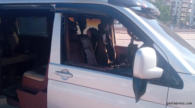 Kayseri'de aniden alev alan minibüsü itfaiye ekibi söndürdü!