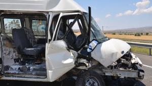 Kayseri'de minibüs sondaj kamyonuna çarptı: 6 yaralı