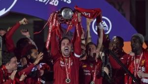 Liverpool 30 yıl sonra kazandığı lig şampiyonluğu kupasını kaldırdı!