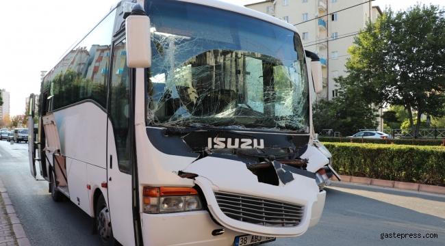 İşçi servisi kamyona çarptı: 2 yaralı!