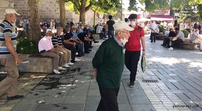 Kayseri'de sosyal mesafe unutuldu, maskeler çene altında duruyor!