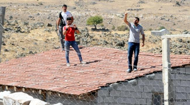Evlerinin yıkımını engellemek için çatıya çıkıp, tüfekle ateş açtılar!