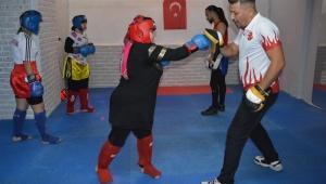 Kick-boks şampiyonundan kadınlara ücretsiz savunma kursu!