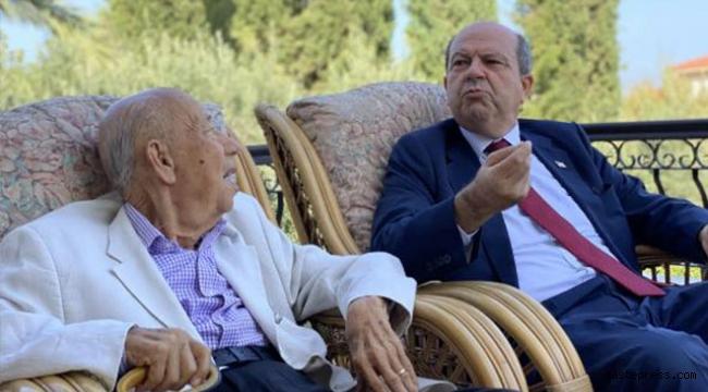 KKTC'nin yeni Cumhurbaşkanı Tatar, mazbata öncesi babasının elini öpmeye gitti!