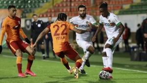 Galatasaray, Alanyaspor'dan Hakeme rağmen 3 puanla dönüyor!