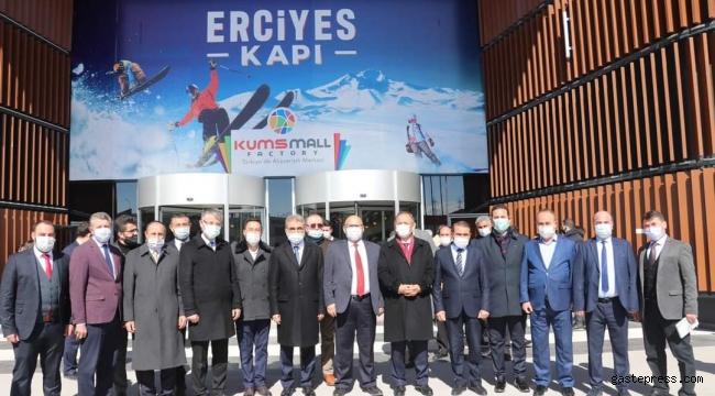 """AK Parti Genel Başkan Yardımcısı Mehmet Özhaseki: """"KUMSMALL Kayseri mobilyasının vitrini olmuş"""""""
