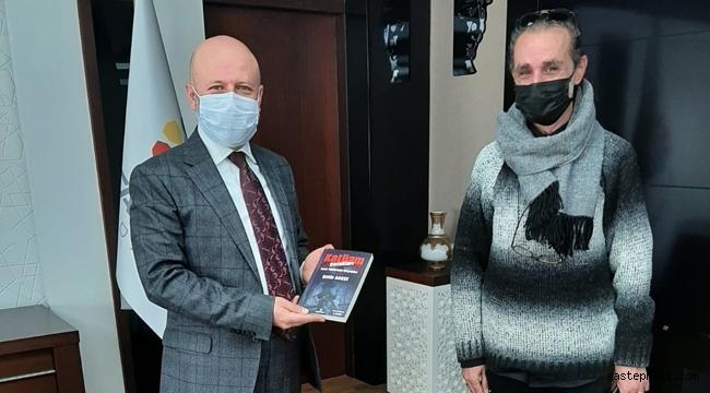Gazeteci Yazar Çetin Agaşe son kitabını Kocasinan Belediye Başkanı Çolakbayrakdar için imzaladı!