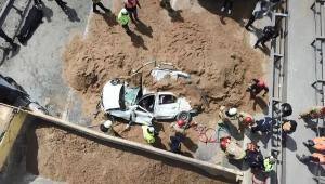 TEM Otoyolu'nda hafriyat kamyonu otomobilin üzerine devrildi: 1 ölü!