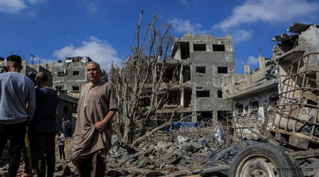Bombalanan evlerinin enkazı üzerinde durduğu anlar görüntülere yansıdı!