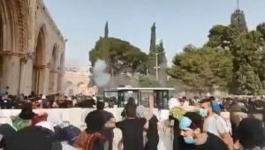 İsrail güçleri, Mescid-i Aksa'da nöbet tutan Filistinlilere saldırdı!