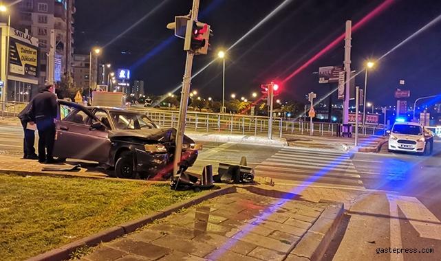 Kayseri'de Kontrolü kaybolan otomobil direğe çarptı: 2 yaralı!