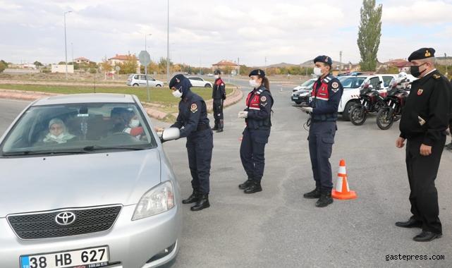Melikgazi İlçe Jandarma Komutanlığı'ndan güvenlik uygulamasında tatlı ikramı!